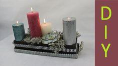 Weihnachtsdeko Adventsgesteck auf einem Tablett mit schwarzer Steckmasse