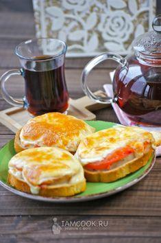 Горячие бутерброды с рыбой — рецепт с фото и видео, шаг за шагом. Горячие бутерброды с рыбой - это сытно и вкусно! French Toast, Eggs, Breakfast, Food, Morning Coffee, Essen, Egg, Meals, Yemek