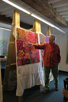 Kaffe FASSETT teaching about color! by constance Textile Artists, Rug Hooking, Fabric Art, Fabric Scraps, Quilt Making, Bunt, Quilt Patterns, Needlework, Creations