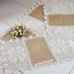 Patterns I also really like this idea … rubber jute and crochet … a rustic touch … Burlap Crafts, Diy And Crafts, Crochet Designs, Crochet Patterns, Crochet Home, Filet Crochet, Jute, Art Decor, Rustic