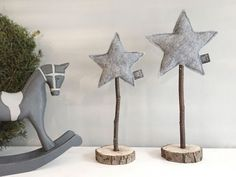 Christmas decoration Stjerne set gray 2 felt stars on real wood by snuggles-co H . - Christmas decoration Stjerne Set gray 2 felt stars on real wood from snuggles-co Holz ideen - Christmas Time, Christmas Crafts, Christmas Decorations, Xmas, Christmas Ornaments, Christmas Ideas, Christmas Clay, Cottage Christmas, Wood Ornaments