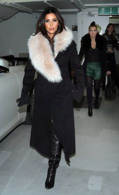 Kim Kardashian looks amazing in this nude fur. Get the look with our Natural Raccoon fur collar! Fur Fashion, Look Fashion, Fashion Outfits, Fashion Trends, Sporty Fashion, Trendy Outfits, Kim K Style, Mode Style, Look Kim Kardashian