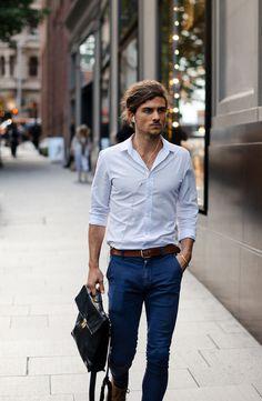 Camisa azul clara + jeans, cool and chic! Você encontra lindas camisas masculinas como esta aqui: http://www.estevamstore.com.br/camisa-masculina.html