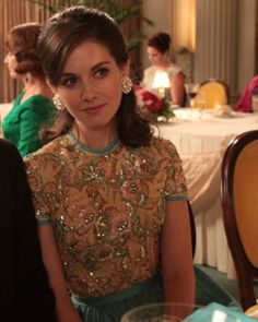 Allison Brie as Trudy Campbell. The sequined dress, the round earrings and the teased hair. LOVE IT and love Trudy. Don Draper, Betty Draper, Mad Men Fashion, Fashion Tv, Vintage Fashion, Gold Fashion, Vintage Style, Mad Men Hair, Joan Harris