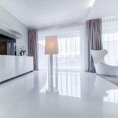 Amplamente aplicado em ambientes comercias, o porcelanato líquido ou piso epóxi vem sendo cada vez mais utilizado pelos arquitetos e decoradores nos projetos residenciais devido ao seu acabamento sofisticado.
