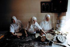 Сестры в просфорне. Фотографии из книги «Пюхтица – Святая гора». Стр. 210