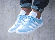 Adidas Gazelle Suede Clear Sky (homme & femme) - Gazelle Adidas - Ideas of Gazelle Adidas - Adidas Gazelle Suede Clear Sky (homme & femme) Adidas Gazelle Outfit, Adidas Gazelle Mens, Adidas Outfit, Adidas Sneakers, Sneakers Mode, Blue Sneakers, Casual Sneakers, Casual Shoes, Shoes Style