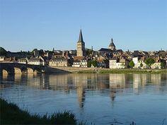 Bourgogne > Nièvre    La Charité-sur-Loire > Fleuve  Bordée à l'ouest par le Val de Loire et son paysage de fleuve tranquille, la Nièvre est cette « campagne à vivre » qui étend ses lignes douces, ses bois et ses bocages où naissent cent rivières et où pointe toujours un clocher. Puis, à l'est, les vieux monts du Morvan dressent leur masse sombre, pays rude et secret, riche en lacs et forêts. Cette Nièvre excentrée n'est bourguignonne ni par sa physionomie ni son climat, ni par son histoire.