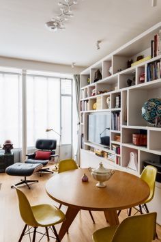 La réunification de deux appartements, dans un esprit Fifities modernisé ! Au départ de ce projet, un appartement, devenu trop étroit pour la famille qui s'agrandissait, et comme par magie, au dessus, un espace qui se libérait ! L'agence Véronique Cotrel a donc accompagné les clients avant même l'achat de cet espace. Vérification de la..