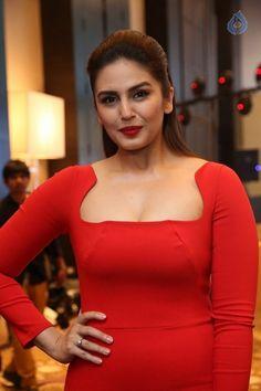 Bollywood Actress Hot Photos, Indian Actress Hot Pics, Most Beautiful Bollywood Actress, Bollywood Girls, Indian Actresses, Beautiful Blonde Girl, Beautiful Girl Indian, Deepika Padukone Style, Bollywood Designer Sarees