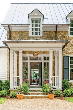 Do you want to transform your home exterior into modern farmhouse exterior? Modern farmhouse exterior is the perfect blend of modern and traditional elements. Style At Home, Ranch Style Homes, Country Style Homes, Country Farmhouse, Modern Farmhouse, Farmhouse Decor, Farmhouse Front, Farmhouse Stairs, Coastal Farmhouse