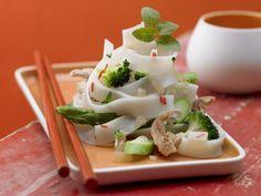 Chili-Reisnudeln mit Putenstreifen und Sesamöl: Nudeln auf Asia-Art, mit Brokkoli und grünem Spargel knackig gegart und mit Chili, Limette und Ingwer scharf g