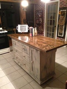 Kitchen cart Kitchen islands and Kitchens. Our favorite kitchen decorating ideas with carts and island diy rolling plans small-spaces kitchen Rolling Kitchen Island, Farmhouse Kitchen Island, Kitchen Island Table, Kitchen Island With Seating, Rustic Kitchen, New Kitchen, Kitchen Islands, Kitchen Cart, Kitchen Island From Pallets