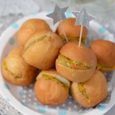 Noeleen Foster shows you how to make your own mini vetkoek filled with savoury mince - perfect for a light lunch or finger food for your picnic. Savoury Mince, Party Finger Foods, South African Recipes, Family Meals, Picnic, Brunch, Make It Yourself, Baking, Fruit