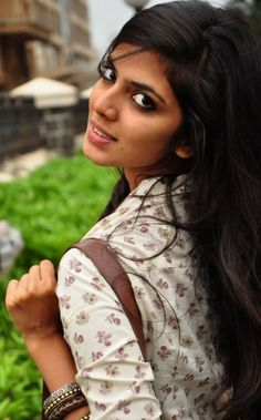 Malavika Mohanan lovely and cute Images only on Bollywood Camp Beauty Full Girl, Beauty Women, India Beauty, Asian Beauty, Mahira Khan Pics, Indian Photoshoot, Cute Young Girl, Brunette Girl, Beautiful Girl Image