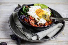 Topp kokt quinoa med spinat, tomat, avokado, egg og bacon for en skikkelig god «quinoa-bowl».
