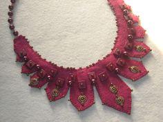 DETALLE Collar diseño babero realizado a mano en fieltro color bordò ¡