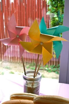 Pinwheel centerpieces- looks like sand in the jar.