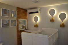 Quarto de bebê em azul, branco e bege. Decoração moderninha e luminárias personalizadas. Projeto Unio Arquitetura #unioarquitetura #babyroom #quartodebebê #quartodemenino #babyboy