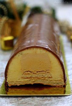 Bûche à la vanille et caramel au beurre salé sur biscuit dacquoise. #bûche #noel #vanille #caramel #recette