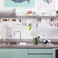 This open kitchen is filled with interesting features, like brick walls, concrete beams and candy colors. (in Portuguese)