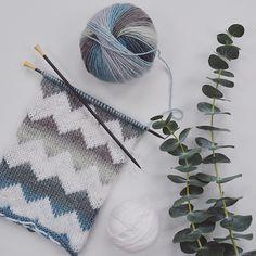 Ravelry: Laila Peak by Callisto Knits Knitting Kits, Knitting Charts, Knitting Projects, Hand Knitting, Knitting Patterns, Crochet Mittens, Knitted Hats, Knit Crochet, Shawl Patterns