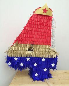 Piñata @lalunaesmagica · Piñata de número - Mujer Maravilla