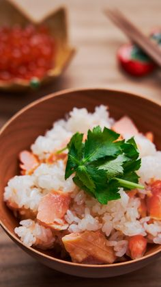 Salmon rice is an easy and delicious 1-pot Japanese dish made by cooking rice, and using the residual heat to gently steam some salted salmon on top. Rice Recipes, Seafood Recipes, Asian Recipes, Healthy Recipes, Ethnic Recipes, Salmon And Rice, Cooking Rice, Fun Cooking, Cooking Recipes