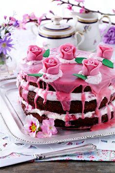 Sommerlagkager : Denne lækre chokoladelagkage er fyldt med sød vaniljecreme og frisk hindbærskum og pyntet med glasur og marcipanroser.