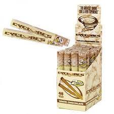 La reconocida marca Clycones presenta sus blunts similares a puros de 10,50 cm con forma cónica para llenar.  Una unidad de blunt con boquilla y empujador en una funda de plástico duro.  Sabor: CHOCOLATE BLANCO Precio: 1,00 €.