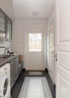 Moderni lapsiperheen hirsitalo | Oikotie - Kotiin Laundry Room Bathroom, Small Laundry Rooms, Laundry Room Design, Small Bathroom, Bathrooms, Laundry Room Inspiration, Room Additions, Laundry Room Organization, Black Kitchens