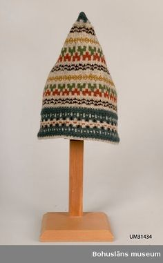 Knitted hat in so-called Pixie Model, a peaked hat with crossed seams in the back. Design by Anna-Lisa Mannheimer Lunn for Bohus Stickning Knitting Designs, Knitting Patterns, Crochet Patterns, Wooly Hats, Knitted Hats, Fair Isle Knitting, Hand Knitting, Tejido Fair Isle, Motif Fair Isle