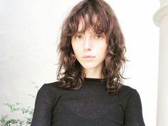 【SPUR】長めバングス&無造作ウェーブでナチュラルに | 髪型を変えて新しい私になる! ファッショニスタのヘアチェンジ Before & After