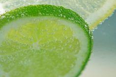 recette de boisson limonade aux citrons, romarins grillés au barbecue, aromatisée au miel
