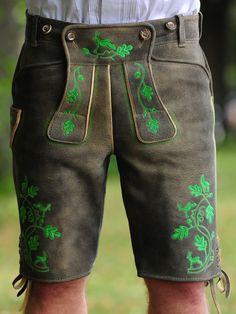 Lederhose Wildbock mit grüner Stickerei - Plattlerform von Trachtenrausch München