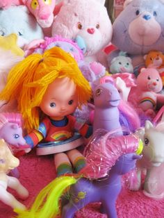 Rainbow Brite, omringd door Care Bears en My Little Pony's.
