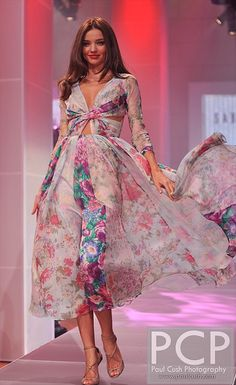 Elegant Classy Chic Beautiful Sophisticated Design and Beauty 💫 Miranda Kerr Hair, Miranda Kerr Style, Moda Floral, Fairytale Dress, Famous Models, Victoria Secret Fashion, Floral Fashion, Classy Chic, Fashion Books
