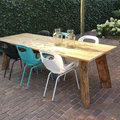Deze Tuintafel kan geheel op maat gemaakt worden door Wortelwoods. De tuinstoelen OH Chair zijn in meerdere kleuren verkrijgbaar. Op www.wortelwoods.nl vindt u meer informatie en inspiratie.