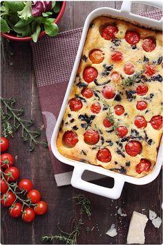 Clafoutis salé pour aujourd'hui ! Ca change des tartes, des quiches, des pizzas. Tous les parfums du Sud se réunissent dans ce même plat : tomates cerises,