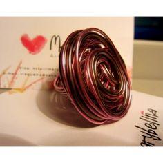 Anillo de alambre rosa y marron