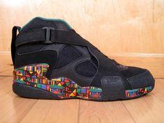 Nike Air RAID II : La chaussure de streetball by Nike. Ete 93, je rentre en 3e, nouveau collège, Les Mureaux. Avec ça aux pied, j'acquière une petite notoriété qui me permettra d'intégrer ma classe sans difficultés. Modèle jamais ressorti dans cette couleur depuis.