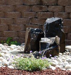 fuente natural decorada con piedras