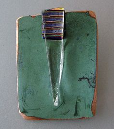 Kopparbrosch med glasfusing. Copper brooch and glass fused detail.