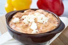 Schafkäse-Ajvar kann als Dip oder als Grillsauce serviert werden. Ein Rezept, das sich einige Tage im Kühlschrank hält.