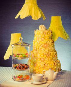 Желтый торт украшенный сладкими цветами