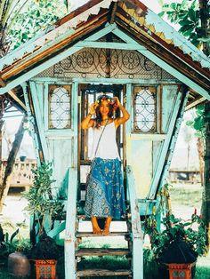 Mélange entre les tendances hippie, gypsy et romantique, le look hippie tropical est une valeur sûre des fashionistas. Mais encore...