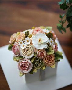 Chinese student's work... buttercream flowercake Buttercream #orchid #buttercream #butter #buttercreamflowers #flowers #flower #cake #cakes #kissthecake #kissthecook #koreanstyle #koreanbuttercream #케이크 #케익 #플라워케이크 #플라워 #플라워케익 #버터크림 #키스더케익 #키스더케이크 #버터크림플라워케이크 #호접난