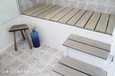 Une petite salle de bains très astucieuse, garder la baignoire que l'on transforme, quand on veut, en douche !