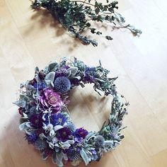 女性で、Otherのハンドメイド/無垢の木/ナチュラル/ドライフラワー/スウェーデン/北欧…などについてのインテリア実例を紹介。「パープル系リース。ラムズイヤーなどシルバーリーフをたくさん使ってシックに仕上げました。 」(この写真は 2015-09-06 12:59:11 に共有されました) Holiday Wreaths, Holiday Decor, Spring Wreaths, Holiday Ideas, Christmas Flower Arrangements, Dried Flowers, Flower Designs, Floral Wreath, Bouquet