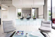 Un marcado acento industrial y la contundencia del blanco generan una estética inusitada en este apartamento de 200 m2 en Bogotá.